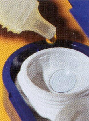 Kontaklencse tároló feltöltése tároló folyadékkal