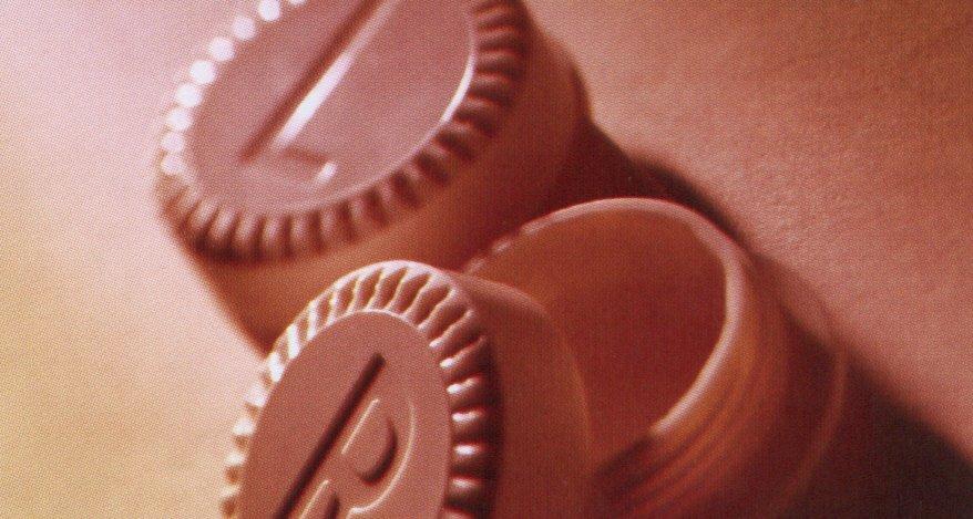 A kontaktlencse tároló tetején L (bal) és R (jobb) felirat mutatja, melyik oldali lencse hová kerüljön