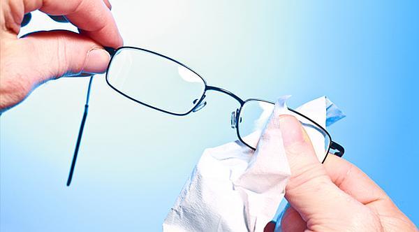 A szemüveglencse tölése speciális micro törlőkendővel